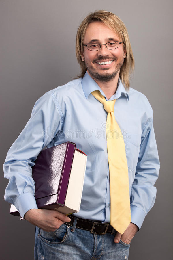 Πορτρέτο του όμορφου νεαρού άνδρα που κρατά μια γραμματοθήκη και ένα βιβλίο στοκ φωτογραφίες με δικαίωμα ελεύθερης χρήσης