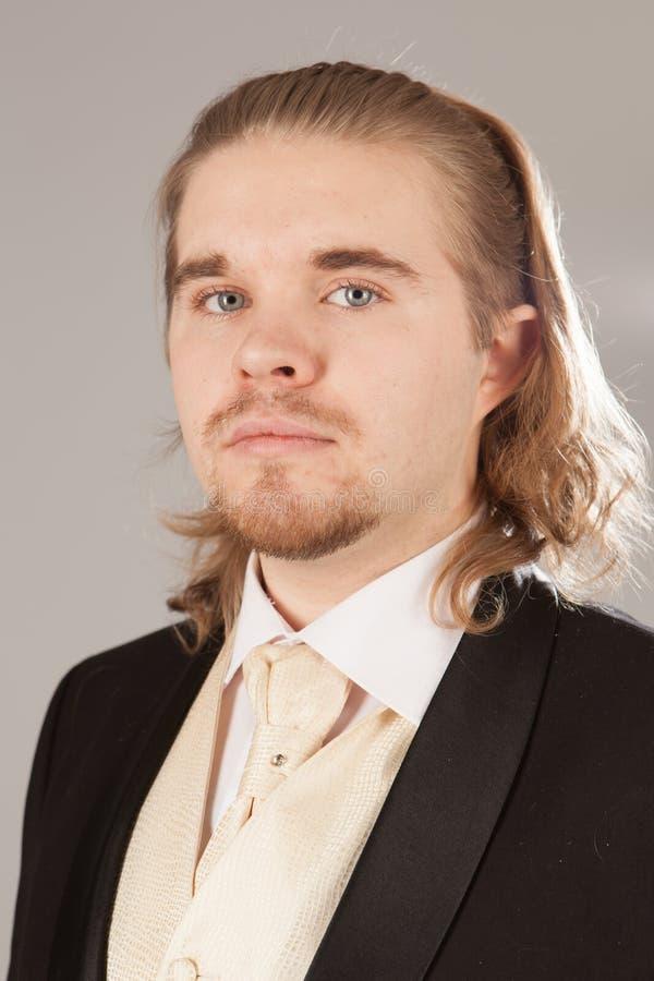 Πορτρέτο του όμορφου νεαρού άνδρα σε ένα σμόκιν Μοντέρνος ιματισμός για το εορταστικό βράδυ στοκ εικόνες
