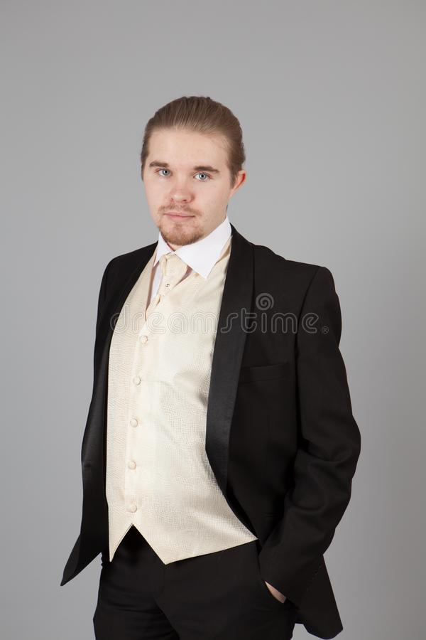 Πορτρέτο του όμορφου νεαρού άνδρα σε ένα σμόκιν Μοντέρνος ιματισμός για το εορταστικό βράδυ στοκ φωτογραφίες με δικαίωμα ελεύθερης χρήσης