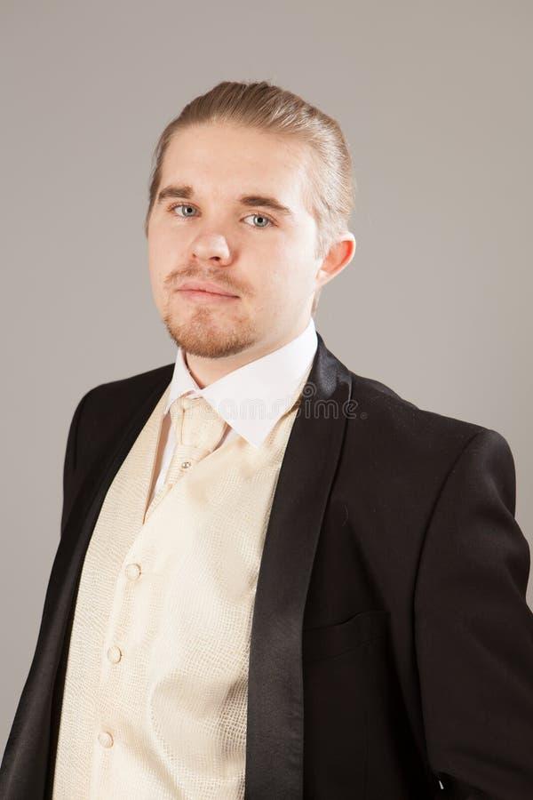 Πορτρέτο του όμορφου νεαρού άνδρα σε ένα σμόκιν Μοντέρνος ιματισμός για το εορταστικό βράδυ στοκ φωτογραφία με δικαίωμα ελεύθερης χρήσης