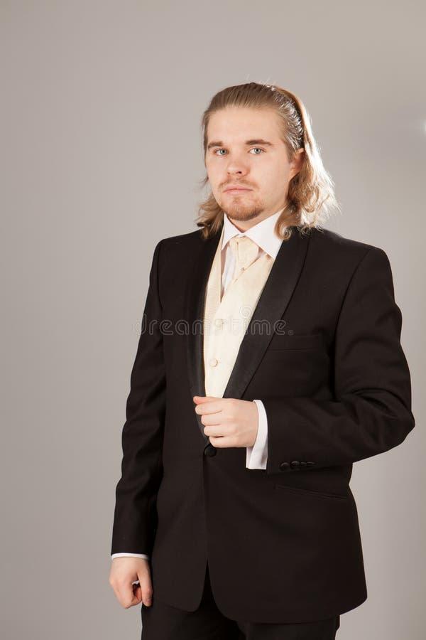 Πορτρέτο του όμορφου νεαρού άνδρα σε ένα σμόκιν Μοντέρνος ιματισμός για το εορταστικό βράδυ στοκ εικόνες με δικαίωμα ελεύθερης χρήσης