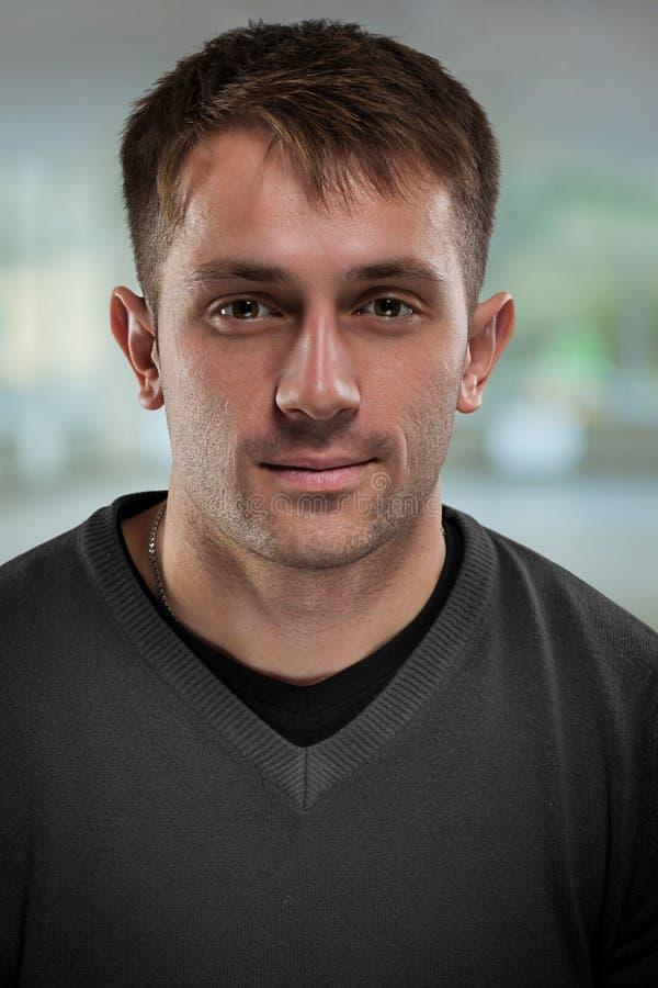 Πορτρέτο του όμορφου νεαρού άνδρα στοκ φωτογραφία με δικαίωμα ελεύθερης χρήσης