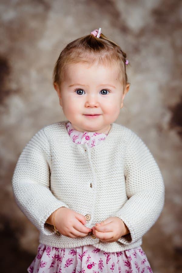 Πορτρέτο του όμορφου ξανθού μικρού κοριτσιού με τα μεγάλα γκρίζα μάτια στοκ φωτογραφίες