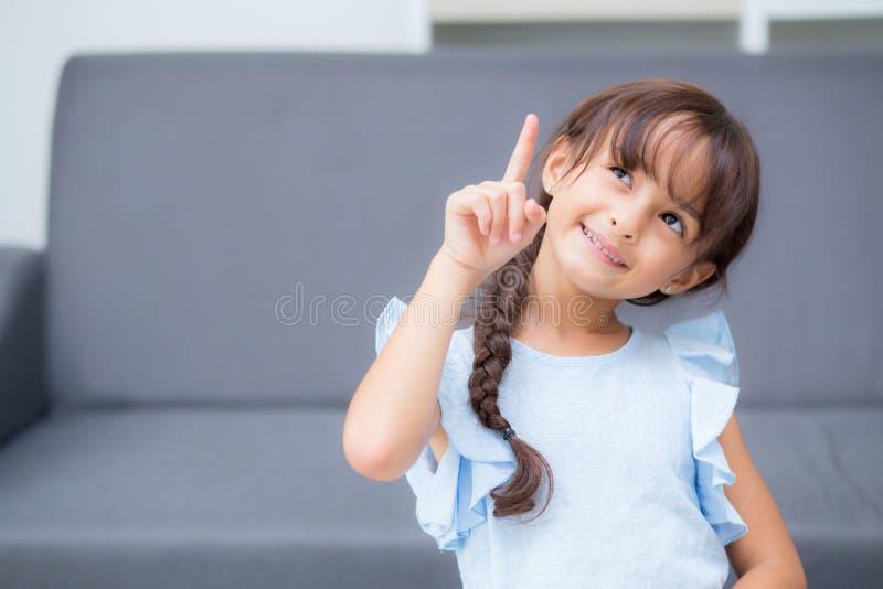 Πορτρέτο του όμορφου παιδιού, χειρονομία παιδιών εύθυμη, κορίτσι με την ευτυχία έκφρασης στοκ εικόνα