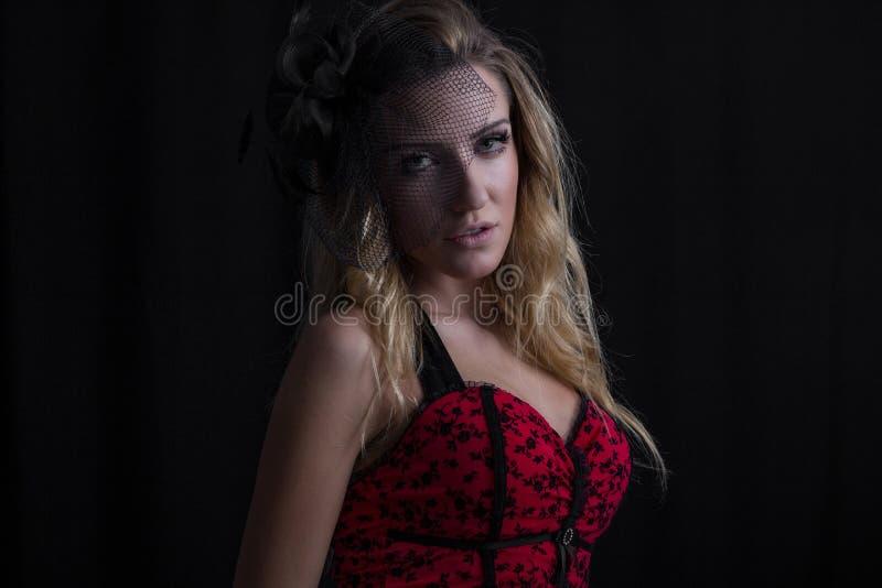 Πορτρέτο του όμορφου προκλητικού προτύπου κοριτσιών μόδας με το φωτεινό makeup στο αναδρομικό ύφος στοκ φωτογραφία