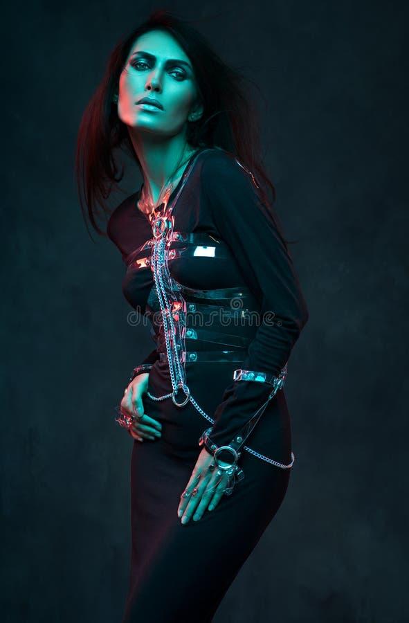 Πορτρέτο του όμορφου προτύπου στα ενδύματα μόδας στοκ εικόνες
