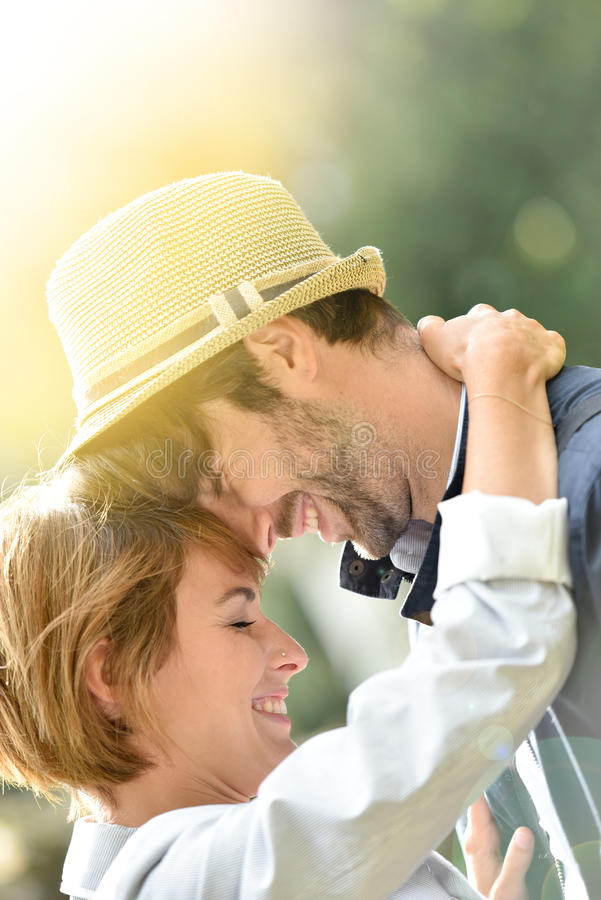 Πορτρέτο του όμορφου ρομαντικού αγκαλιάσματος ζευγών στοκ φωτογραφία