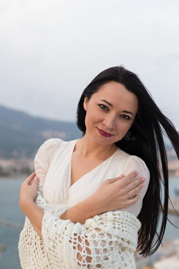Πορτρέτο του όμορφου ρομαντικού θηλυκού κοντά στο φάρο στοκ εικόνες