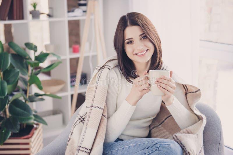 Πορτρέτο του όμορφου, συμπαθητικού, γοητευτικού, εσωτερικού κοριτσιού στο outfi τζιν στοκ εικόνα με δικαίωμα ελεύθερης χρήσης