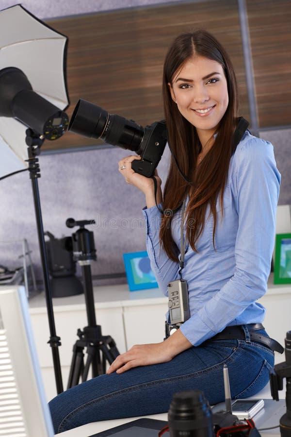 Πορτρέτο του όμορφου φωτογράφου στο στούντιο στοκ εικόνες