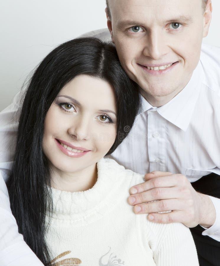 Πορτρέτο του όμορφου χαμογελώντας ευτυχούς ζεύγους στοκ φωτογραφία με δικαίωμα ελεύθερης χρήσης