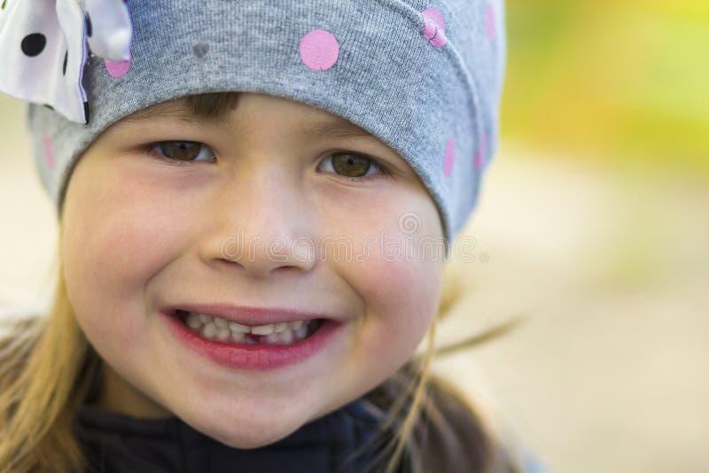 Πορτρέτο του όμορφου χαμογελώντας μικρού κοριτσιού με ένα πεσμένο έξω γάλα στοκ φωτογραφία