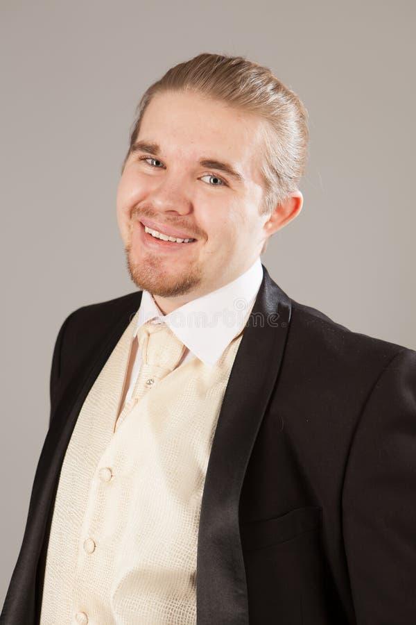 Πορτρέτο του όμορφου χαμογελώντας νεαρού άνδρα σε ένα σμόκιν Μοντέρνος ιματισμός για το εορταστικό βράδυ στοκ φωτογραφία με δικαίωμα ελεύθερης χρήσης