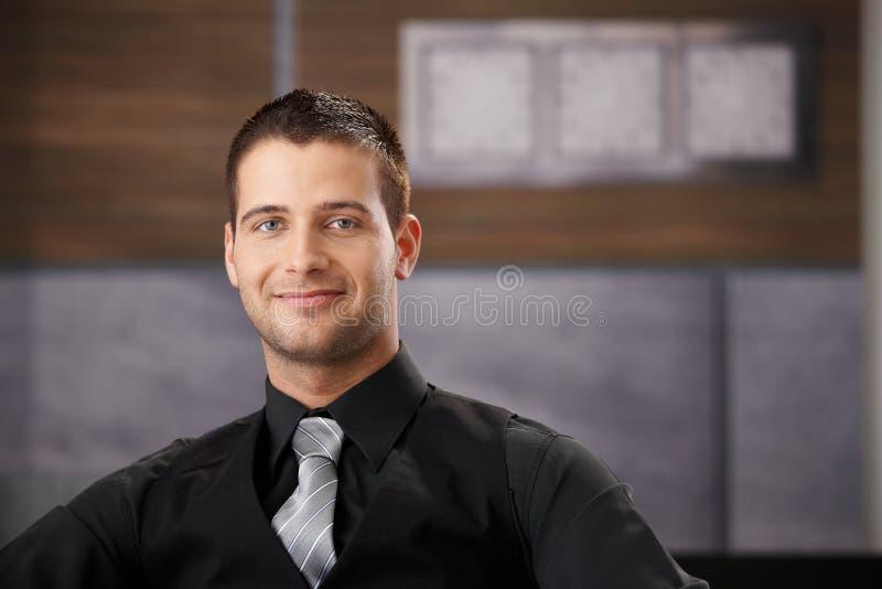 Πορτρέτο του όμορφου χαμόγελου επιχειρηματιών στοκ εικόνες