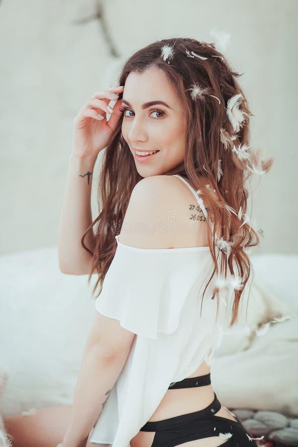 Πορτρέτο του όμορφου χαμόγελου νέων κοριτσιών στα πετώντας άσπρα φτερά καθαρή μαλακή γυναίκα ομορφιάς σωμάτων σχετικά με Τέλειος  στοκ εικόνες με δικαίωμα ελεύθερης χρήσης
