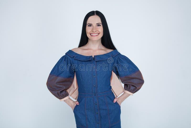 Πορτρέτο του όμορφου χαρούμενου καυκάσιου θηλυκού χαμόγελου brunette, άσπρα δόντια επίδειξης, που εξετάζει τη κάμερα Εκφράσεις πρ στοκ φωτογραφίες με δικαίωμα ελεύθερης χρήσης