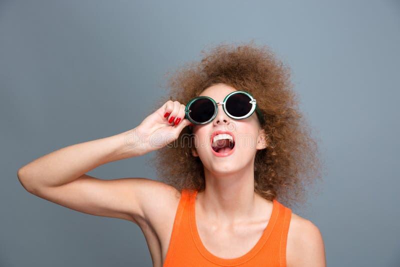 Πορτρέτο του όμορφου χαρούμενου σγουρού προτύπου γέλιου στοκ εικόνα με δικαίωμα ελεύθερης χρήσης