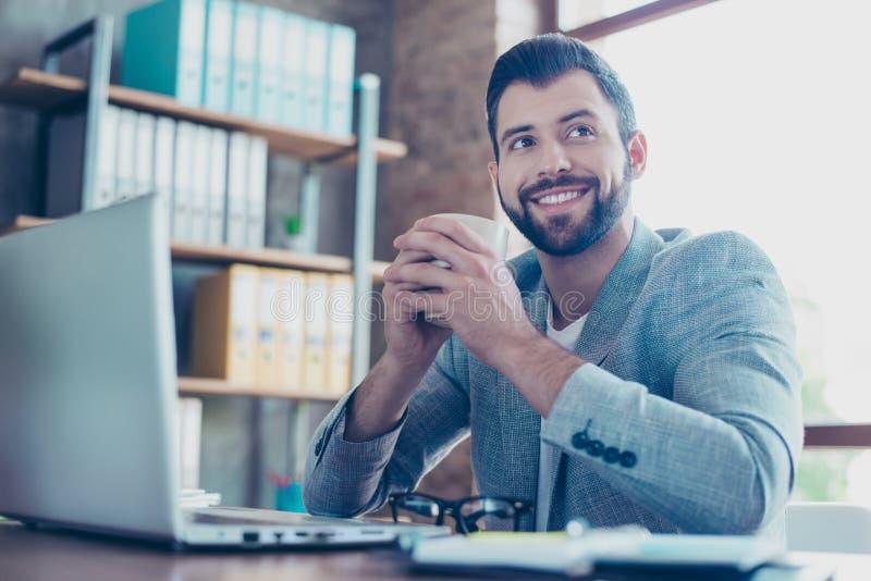 Πορτρέτο του όμορφου, brunet, χαμογελώντας, ευτυχούς δικηγόρου, που κρατά την κούπα στοκ εικόνα με δικαίωμα ελεύθερης χρήσης