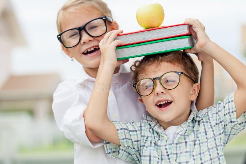 Πορτρέτο του όμορφων σχολικών αγοριού και του κοριτσιού που φαίνονται πολύ ευτυχών έξω στοκ φωτογραφία με δικαίωμα ελεύθερης χρήσης