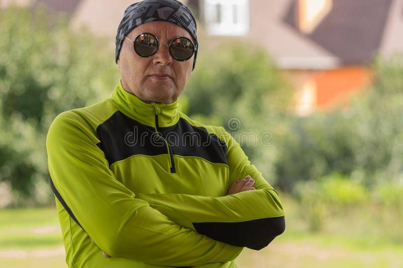 Πορτρέτο του ώριμου ατόμου που φορά το στιλβωμένο μαντίλι bandana και τα σκοτεινά γυαλιά ηλίου στοκ εικόνες