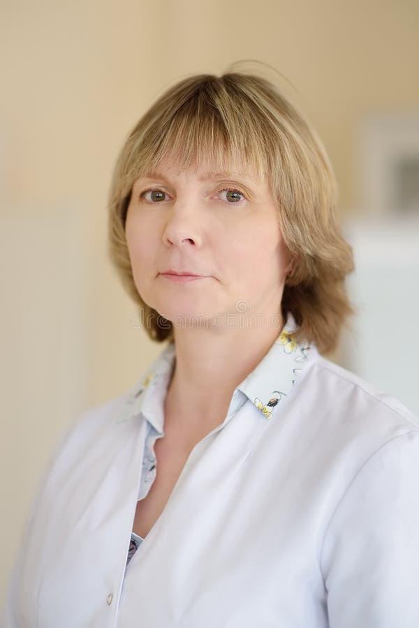 Πορτρέτο του ώριμου γιατρού γυναικών r Ιατρική ασφάλεια στοκ εικόνα