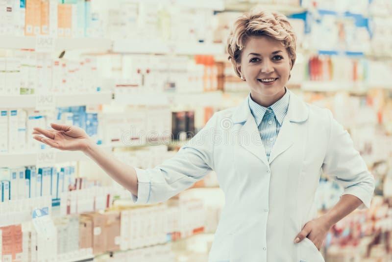 Πορτρέτο του ώριμου χαμογελώντας φαρμακοποιού στο φαρμακείο στοκ εικόνες