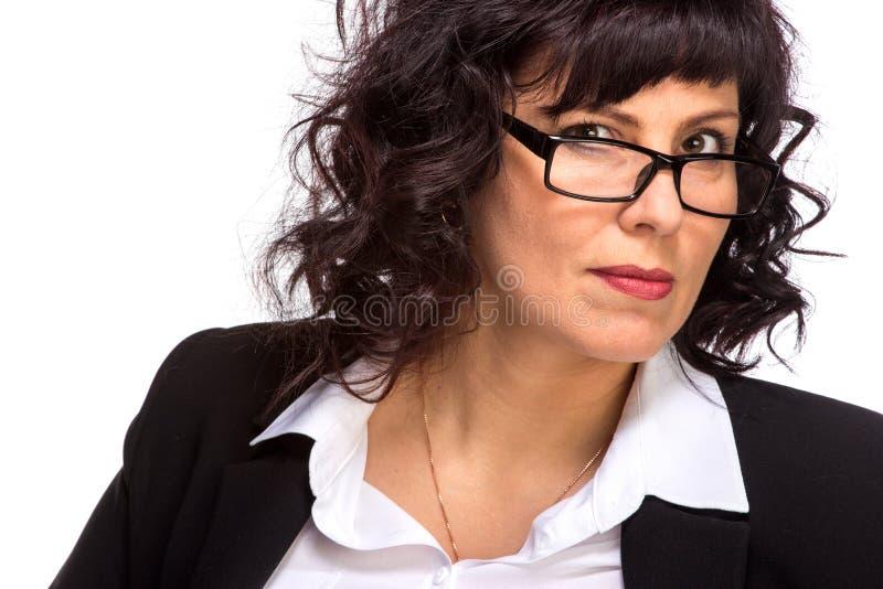Πορτρέτο του ώριμου χαμόγελου γυναικών, φορώντας τα γυαλιά, που εξετάζουν το ασβέστιο στοκ φωτογραφίες
