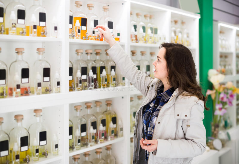 Πορτρέτο του brunette που ψωνίζει στο κατάστημα αρώματος στοκ φωτογραφία με δικαίωμα ελεύθερης χρήσης