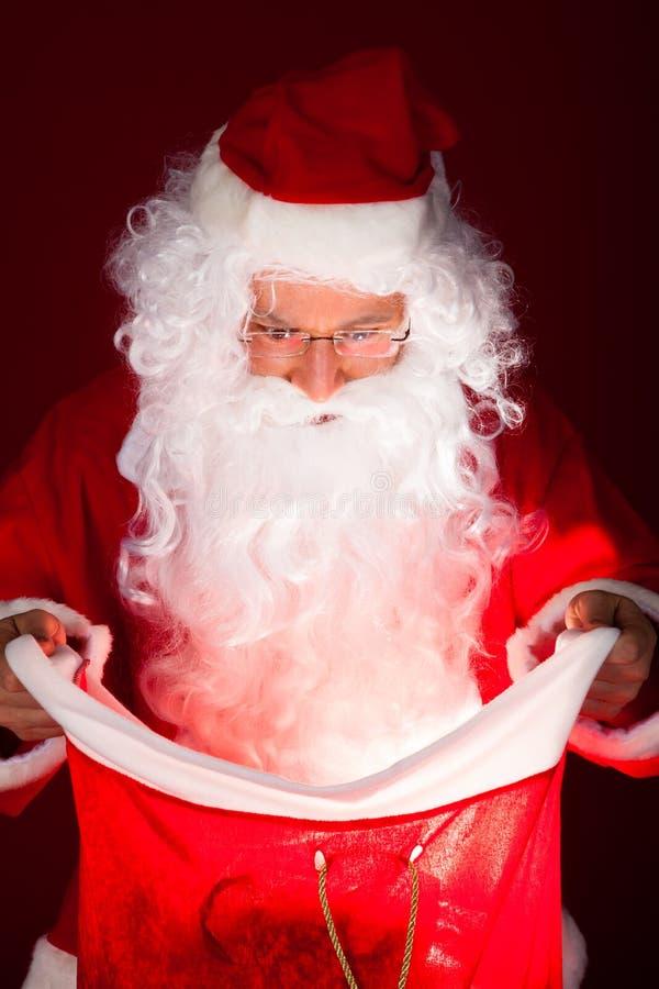 Πορτρέτο του santa που κοιτάζει στο σάκο στοκ εικόνες