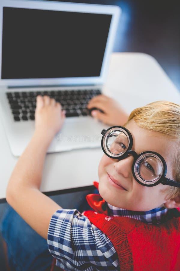 Πορτρέτο του schoolkid που χρησιμοποιεί το lap-top στην τάξη στοκ φωτογραφίες με δικαίωμα ελεύθερης χρήσης