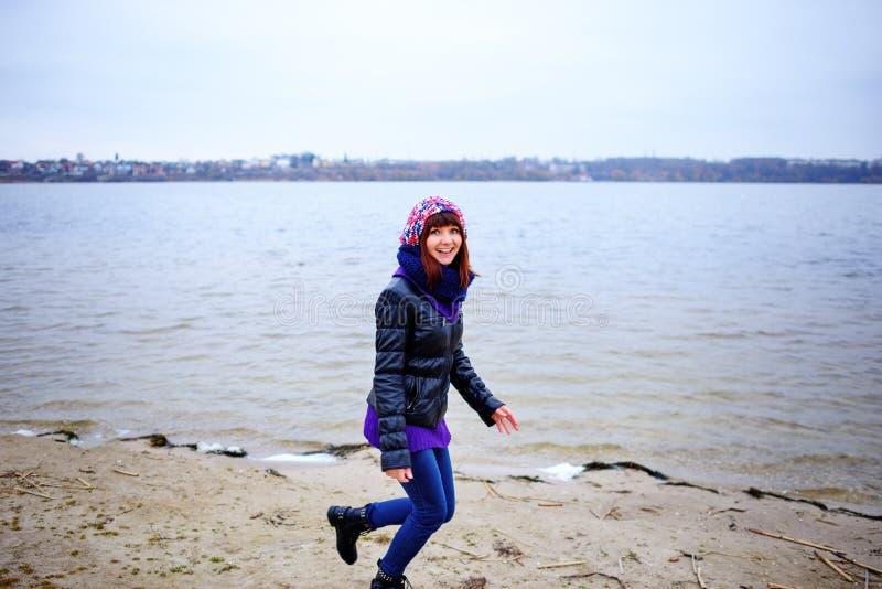 Πορτρέτο τρόπου ζωής των νέων καυκάσιων λεπτών τρεξιμάτων γυναικών κατά μήκος του φθινοπώρου παραλιών στοκ εικόνες με δικαίωμα ελεύθερης χρήσης