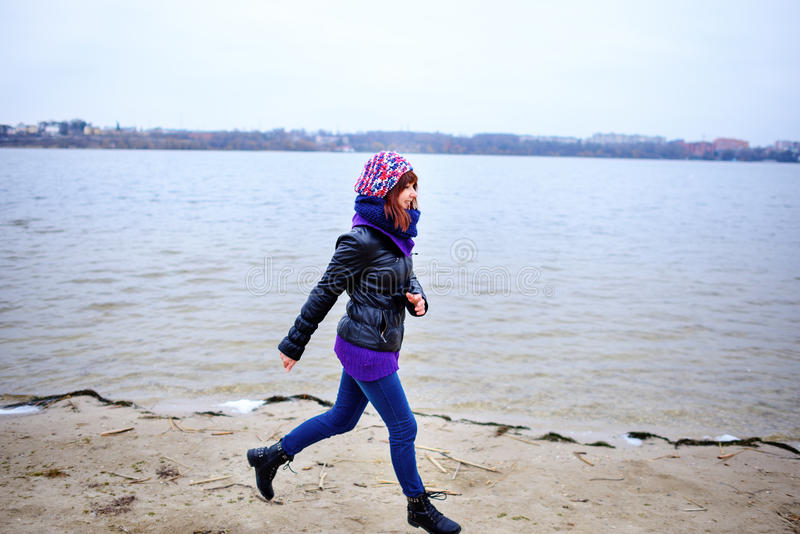 Πορτρέτο τρόπου ζωής των νέων καυκάσιων λεπτών τρεξιμάτων γυναικών κατά μήκος του φθινοπώρου παραλιών στοκ εικόνα με δικαίωμα ελεύθερης χρήσης