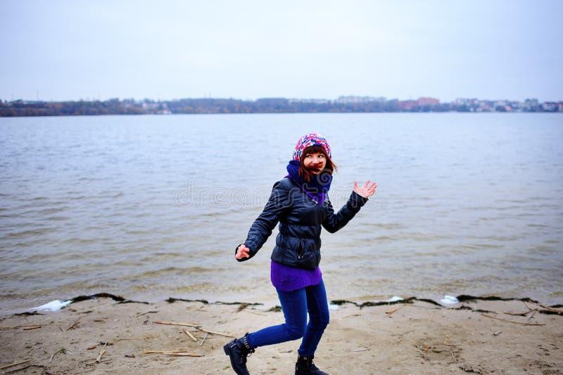 Πορτρέτο τρόπου ζωής των νέων καυκάσιων λεπτών τρεξιμάτων γυναικών κατά μήκος του φθινοπώρου παραλιών στοκ φωτογραφίες