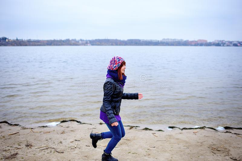 Πορτρέτο τρόπου ζωής των νέων καυκάσιων λεπτών τρεξιμάτων γυναικών κατά μήκος του φθινοπώρου παραλιών στοκ φωτογραφία με δικαίωμα ελεύθερης χρήσης