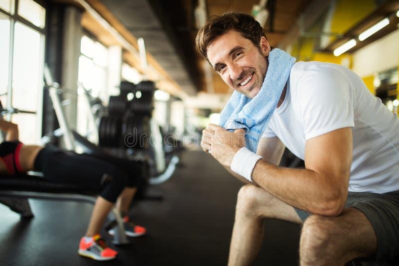 Πορτρέτο τρόπου ζωής του όμορφου μυϊκού ατόμου μετά από την κατάρτιση στην αθλητική γυμναστική στοκ εικόνες