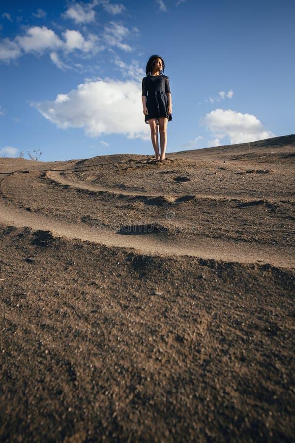 Πορτρέτο τρόπου ζωής των brunettes γυναικών που αναπηδούν στην άμμο μια σαφής ημέρα Ρομαντική, ευγενής, μυστική, σκεπτική εικόνα  στοκ φωτογραφίες με δικαίωμα ελεύθερης χρήσης