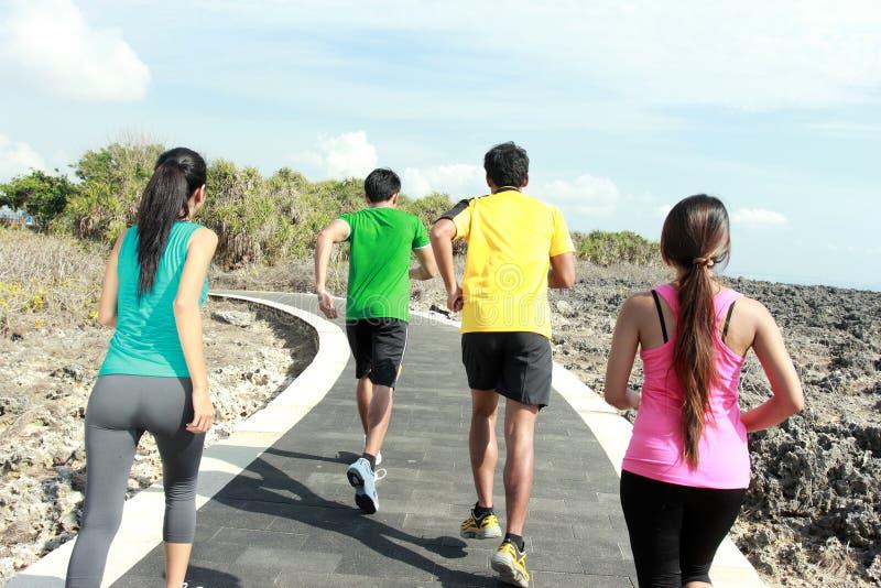 Πορτρέτο των ανθρώπων που τρέχουν από κοινού στοκ εικόνα με δικαίωμα ελεύθερης χρήσης