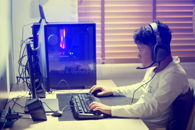 Πορτρέτο των ασιατικών παίζοντας αγώνων αγοριών gamer στον υπολογιστή στο δωμάτιο στο σπίτι στοκ φωτογραφίες με δικαίωμα ελεύθερης χρήσης