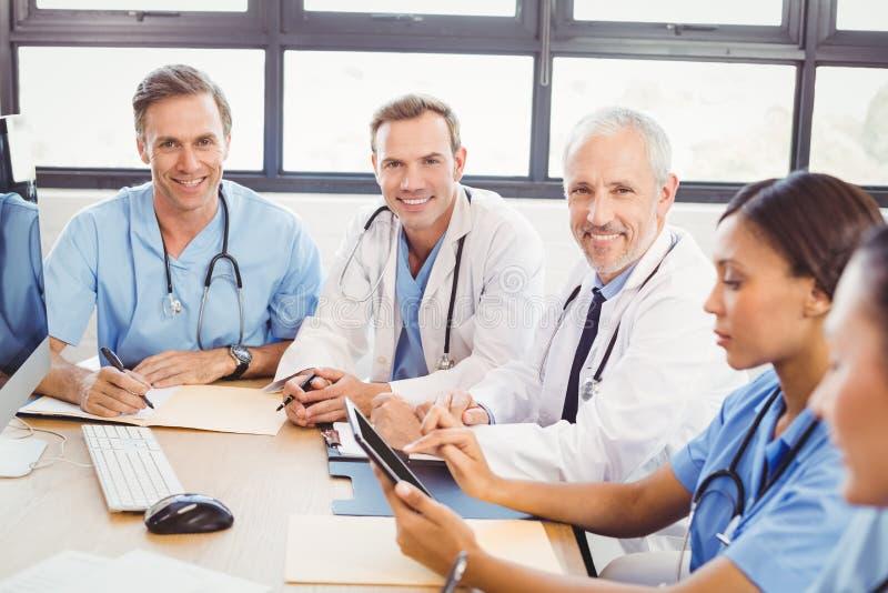 Πορτρέτο των γιατρών που χαμογελούν στη αίθουσα συνδιαλέξεων στοκ φωτογραφία με δικαίωμα ελεύθερης χρήσης