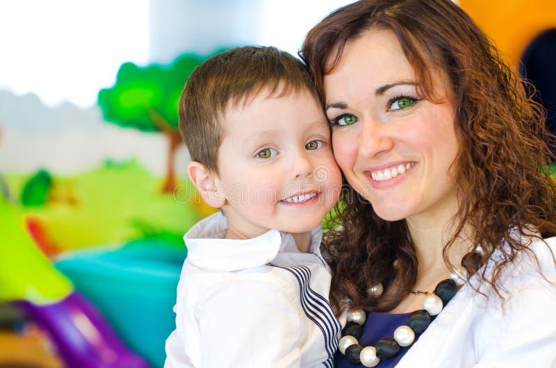 Πορτρέτο της γυναίκας και του μικρού παιδιού στοκ φωτογραφίες