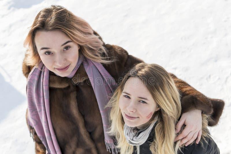 Πορτρέτο των γυναικών το χειμώνα, τοπ άποψη στοκ φωτογραφίες