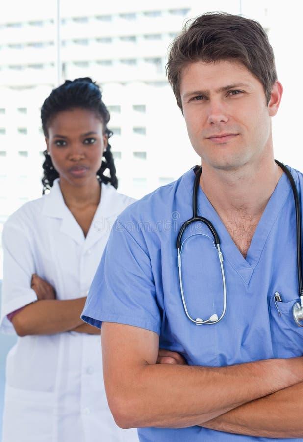 Πορτρέτο των επαγγελματικών γιατρών που στέκονται επάνω στοκ εικόνα με δικαίωμα ελεύθερης χρήσης