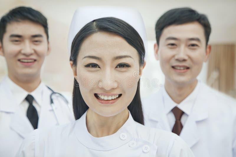 Πορτρέτο των εργαζομένων υγειονομικής περίθαλψης στην Κίνα, δύο γιατρούς και νοσοκόμα στοκ φωτογραφία