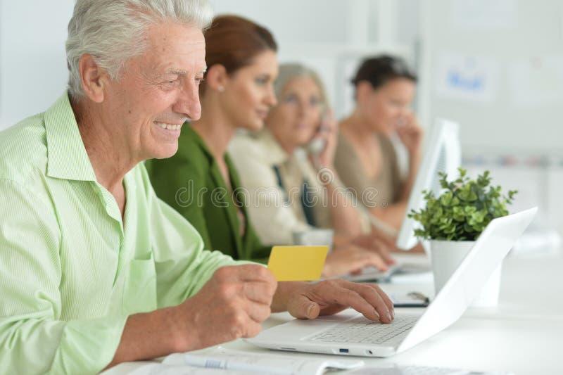 Πορτρέτο των εργαζόμενων επιχειρηματιών στην αρχή στοκ εικόνα