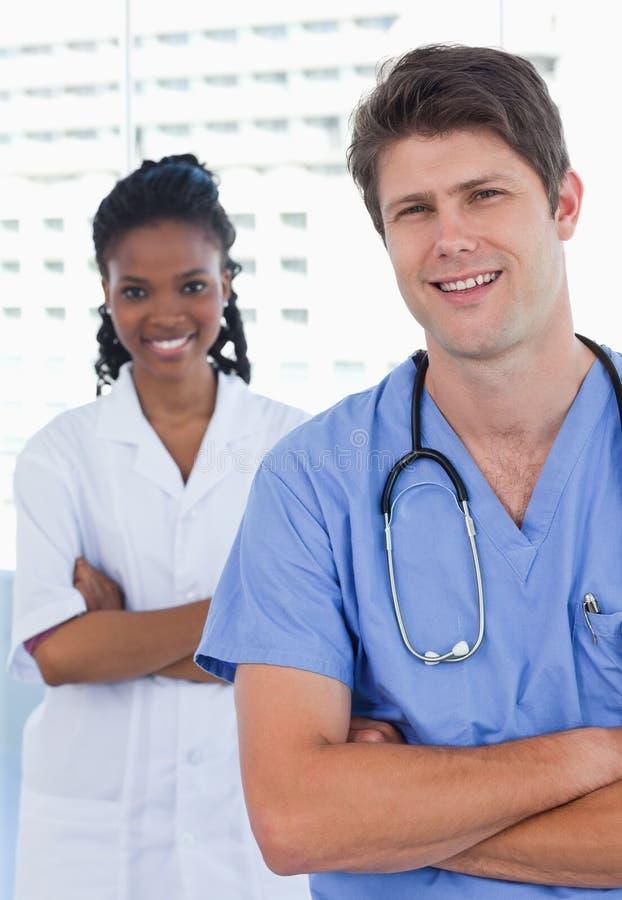 Πορτρέτο των ευτυχών γιατρών που στέκονται επάνω στοκ φωτογραφία με δικαίωμα ελεύθερης χρήσης