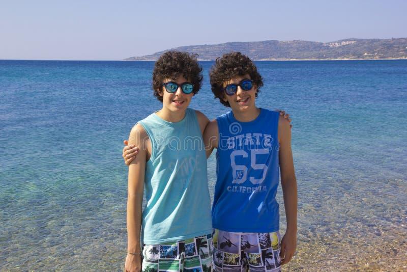 Πορτρέτο των ευτυχών διδύμων στο beachin Ελλάδα στοκ φωτογραφία με δικαίωμα ελεύθερης χρήσης
