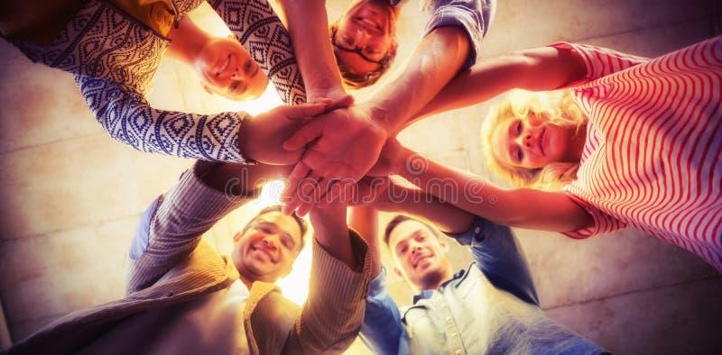 Πορτρέτο των ευτυχών ενώνοντας χεριών επιχειρησιακών ομάδων στοκ εικόνες
