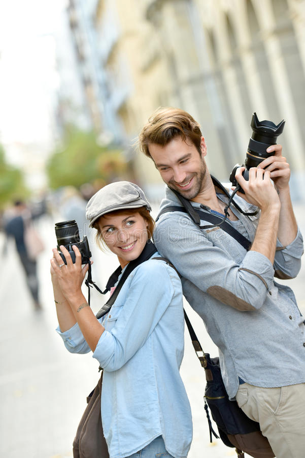 Πορτρέτο των καθιερωνόντων τη μόδα φωτογράφων στις οδούς στοκ φωτογραφία με δικαίωμα ελεύθερης χρήσης
