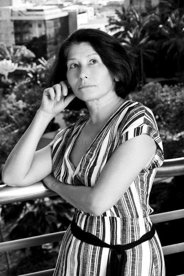 Πορτρέτο των καπνών γυναικών στοκ φωτογραφία με δικαίωμα ελεύθερης χρήσης