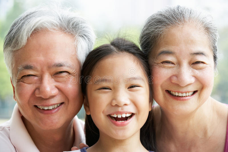 Πορτρέτο των κινεζικών παππούδων και γιαγιάδων με Grandaughter στοκ φωτογραφίες